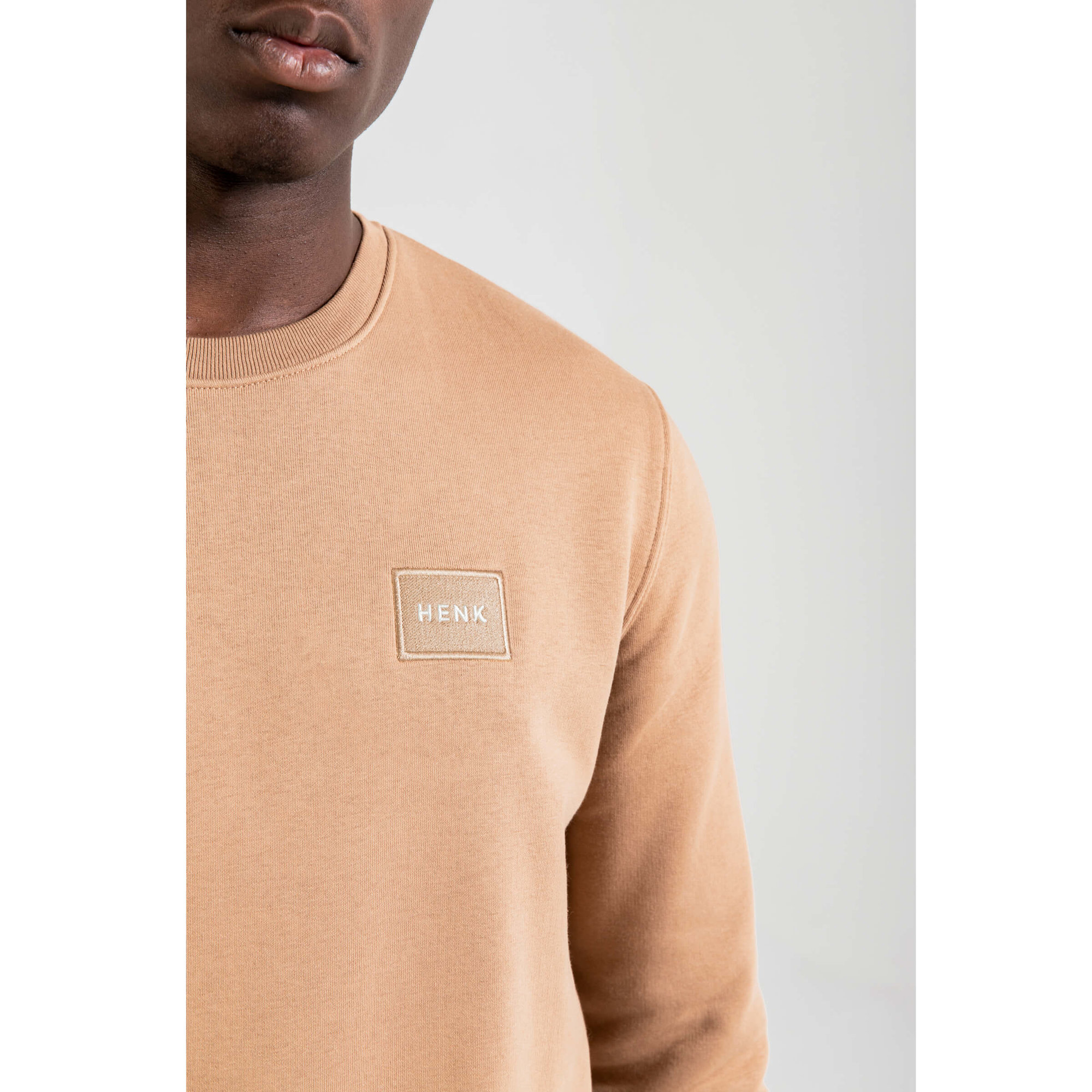Sweater | Camel | Studio HENK | Setting3