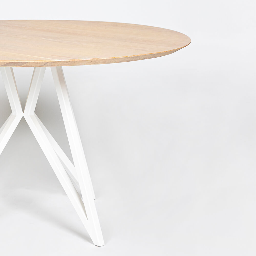 Ronde design tafel op maat | Butterfly Quadpod Steel white powdercoating | Oak hardwax oil natural light 3041 | Studio HENK |